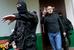 Сергей Удальцов выходит из подъезда своего дома после окончания обыска.  «Это произвол и провокация, и я надеюсь, общество не будет молчать и отреагирует», — выкрикнул Удальцов.