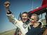 Феликс Баумгартнер радуется успешному приземлению после прыжка.