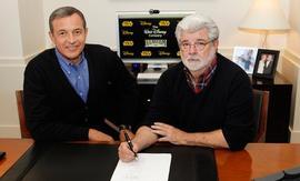 Роберт Айгер (слева) и Джордж Лукас (С сайта The Walt Disney Company)