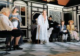 Фарс по канве Мольера разыгрывается ансамблем берлинского Volksbuehne с Мартином Вуттке в главной роли