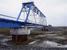 Мост, 539-й км, построен в 2010 г.                                          В проекте: две промежуточные опоры из контурных блоков, рельсы крепятся к железобетонным плитам.                     Реализовано: две промежуточные опоры на трех и четырех буровых столбах, рельсы крепятся к деревянным шпалам.                     Генподрядчик: «Ямалтрансстрой».                     Разница в стоимости: нет данных.