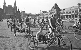 велосипедисты на Красной площади в 1930-м