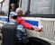 Сотрудник правоохранительных органов задерживает мужчину на территории Кунцевского рынка в Москве