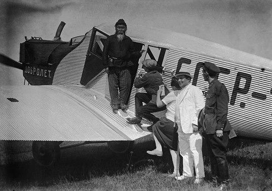 25 февраля 1932 г. было образовано Главное управление Гражданского воздушного флота и учреждено официальное сокращенное наименование гражданской авиации страны — «Аэрофлот»На фото: делегаты Всесоюзного съезда советов летят на съезд на самолете общества «Добролет», 1929 г.