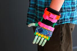 Протез руки двенадцатилетнего Леона Маккарти изготовлен из частей, напечатанных на 3D-принтере MakerBot