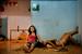 Майка Элан, Вьетнам, MoST Artists                                          22 июня 2012, Дананг, Вьетнам                     Пхан Тхи Тхю Ву и Данг Тхи Бит Бей смотрят телевизор, отдыхая после занятий в школе. Они встречаются уже год.                      К однополым парам во Вьетнаме традиционно относились недоброжелательно, однако в 2012 году правительство страны объявило, что собирается разрешить однополые браки. Несмотря на то что парламент приступил к рассмотрению этого вопроса, в целом, как показали опросы, общество по-прежнему настроено против однополых браков.