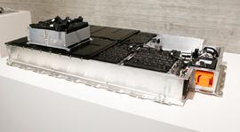 Батарея весит около 230 кг и находится в центре шасси под полом карбонового кузова,  в ней предусмотрена система терморегулирования, а как опция   – подогрева, что необходимо для холодных зим