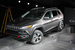 Новый Jeep Cherokee                                          Chlysler представил на автосалоне в Нью Йорке новый Jeep Cherokee. Автомобиль создан на совместной платформе Fiat-Chrysler (CUS-wide), на которой выпускается Dodge Dart и будет построена Alfa Romeo Giulia. У кроссовера независимая подвеска всех колес, три варианта полного привода с автоматически подключаемым задним мостом. Самым мощным вариантом мотора для американского рынка будет 3,2 л V6 271 л.с. В кроссовер будут ставиться 9-ступенчатая автоматическая КПП и многочисленные системы помощи водителю для безопасного вождения, в том числе система Selec-Terrain с предустановками регулировок машины для различных условий движения. У машины трансформируемый пятиместный салон, традиционную приборную панель заменил цветной 7-дюймовая ЖК-панель, второй сенсорный дисплей на центральной консоли показывает и управляет вспомогательными функциями автомобиля. Вседорожник появится в продаже в III квартале 2013 г.