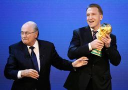 Расходы России на ЧМ по футболу в 2018 г. намного превысят затраты ЮАР в 2010 г. (3,5 млрд евро), но сопоставимы с расходами Бразилии в 2014 г. (около $ 20 млрд). На фото слева – президент FIFA Йозеф Блаттер, справа – первый вице-премьер Игорь Шувалов в Ц