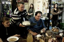 Максим Сырников (в центре) сам угощал гостей, пришедших на его «Овсень »