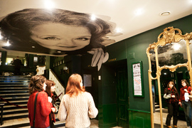 В гардеробе «Школы современной пьесы» зеркала в старинном духе,  а на потолке портреты актеров