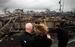 Семья у сгоревшего дома в в небольшом частном микрорайоне Бризи Поинт, Нью-Йорк, все жители которого ранее получили уведомление об обязательной эвакуации.