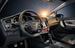Салон ориентирован в первую очередь на комфорт водителя. Приборная панель чуть развернута в сторону сидящего за рулем. В мультимедийной системе применен сенсорный дисплей.