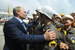 Владимир Путин общается с нефтяниками