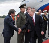 Главным сюрпризом визита Путина (в центре) в Германию стало появление здесь бывшего вице-премьера Игоря Сечина (слева) Фото: Алексей Никольский/РИА Новости