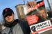 16 апреля 2013 г.                                          Сторонник Алексея Навального раздает листовки в поддержку Навального на улицах Кирова