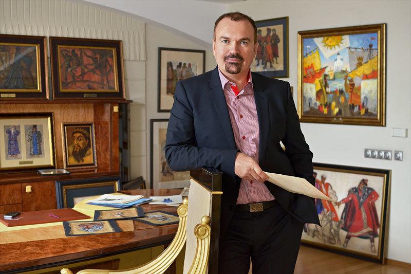 Александр Струков не хранит коллекцию в «темном ящике», эскизы украшают кабинет и коридоры банка, в скором врмени планируется выставка