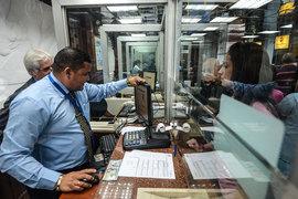 Получив разрешение покупать доллары, венесуэльцы сразу выстроились в очереди к обменным пунктам