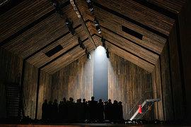 В спектакле «Хованщина» история России творится в огромном амбаре