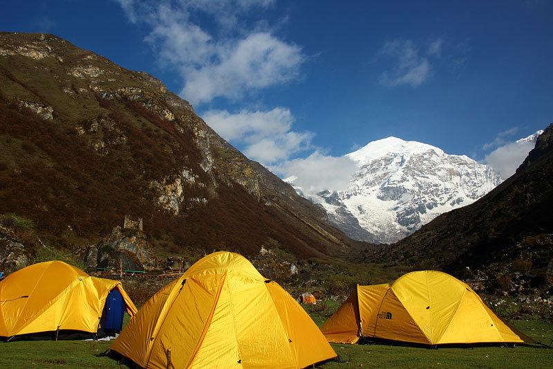 Трекинг вБутане включает передвижение пешком, кемпинг в специальных палаточных лагерях, покорение горных вершин или знакомство с культурой и образом жизни местного населения