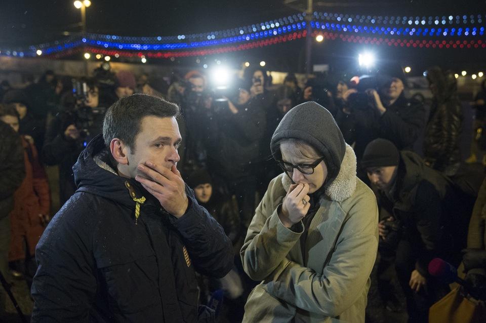 Оппозиционер Илья Яшин и телеведущая Ксения Собчак на месте убийства Бориса Немцова/AP