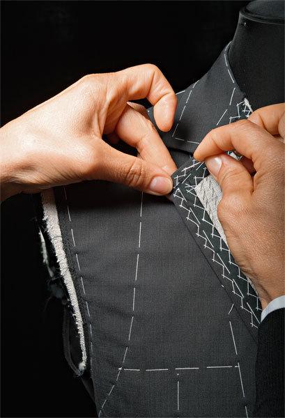 Подгонка костюма пофигуре осуществляется старым проверенным способом – с помощью булавок