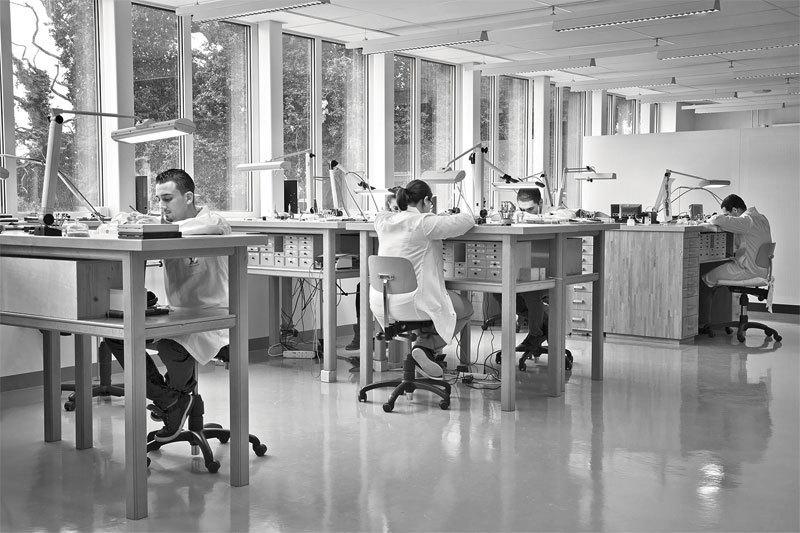 Все этапы производства часов Louis Vuitton осуществляются в собственных мастерских Дома под Женевой