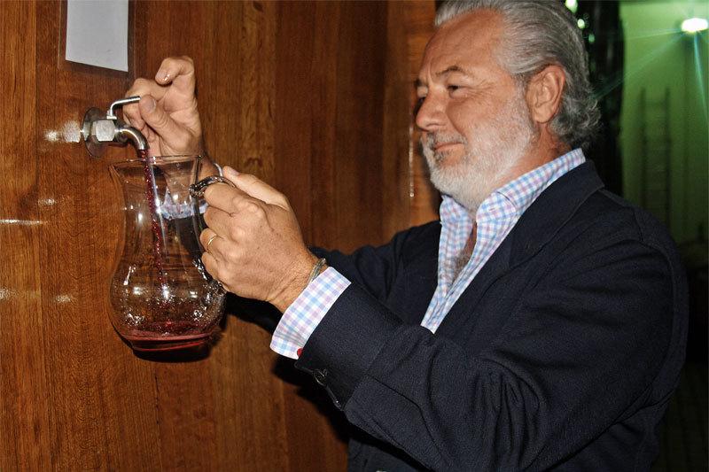 Граф Чинзано дегустирует молодое вино Сol d'Orcia