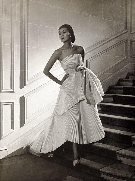 Модель в платье из линии Verticale коллекции Диора весна-лето 1950
