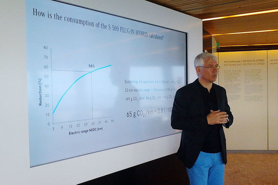Директор по стратегии продукта и планированию Mercedes-Benz Cars Йоханнес Райфенрат объясняет, как вычисляется расход топлива S500 plug-in hybrid