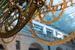 Механизм часов весит 4,5 т и состоит из 5000 деталей, изготовленных из стали, алюминия, титана, покрытых золотом. Длина маятника – 13 м, диаметр балансового анкерного колеса – 4 м