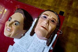 Коррупционный скандал с госкомпанией Petrobras произвел столь сильное впечатление на бразильцев, что маски экс-гендиректора компании Марии Дас Грасиас Фостер (на фото справа) и президента Бразилии Дилмы Руссефф (слева) стали хитами карнавала