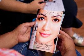 Производитель косметики Avon Products изучает возможность продажи компании