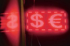 Евро медленно превращается в доллар