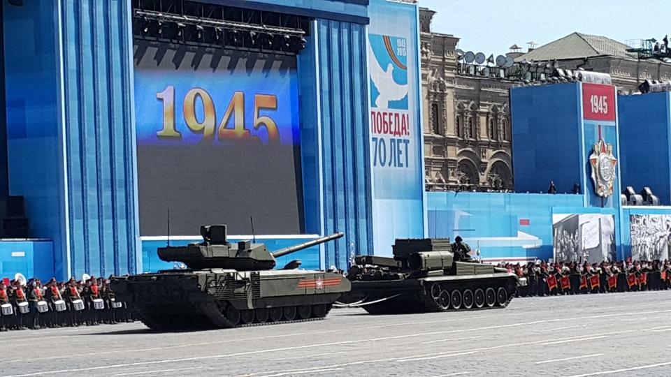 """""""Армата"""" и ремонтно-эвакуационная машина на Красной площади"""