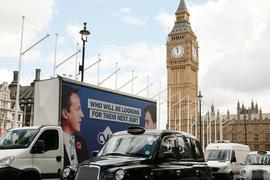 Рекламный плакат с портретами Дэвида Кэмерона и Эда Милибэнда