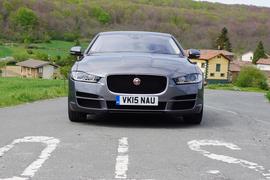 В движении новый Jaguar XE ни на секунду не дает забыть о своей породе, эволюционировавшей десятилетиями под заботливым присмотром опытных британских инженеров