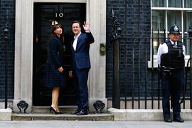 Дэвид Кэмерон с женой на пороге лондонской резиденции премьер-министра