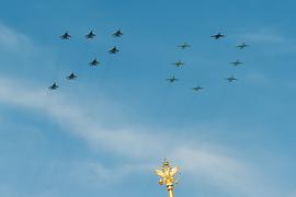 Многоцелевые истребители МиГ-29 и штурмовики Су-25 во время парада авиации на Красной площади