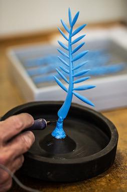 Следующий шаг: изготовление гипсовой формы. Для этого сначала фиксируют восковую модель ветви