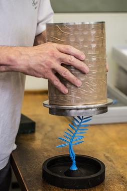 Затем устанавливают форму для заливки