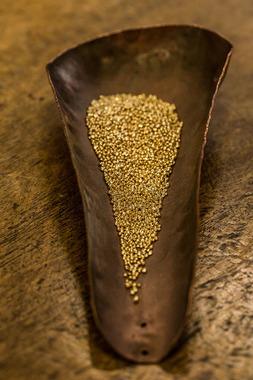 Ветвь выполнена из 24-каратного золота