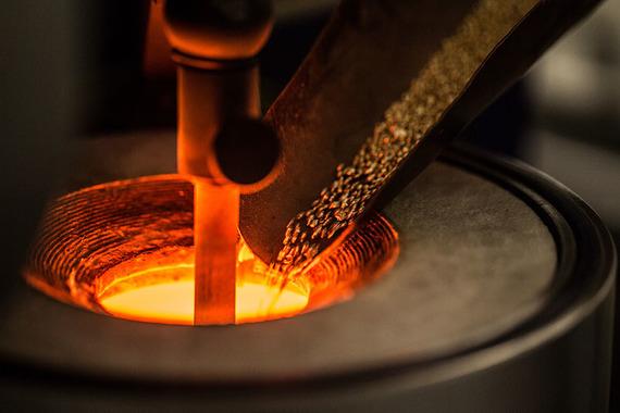 Расплавленное золото вливают в гипсовую форму