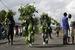 Демонстранты продвигаются к своим баррикадам в Бужумбуре 6 мая