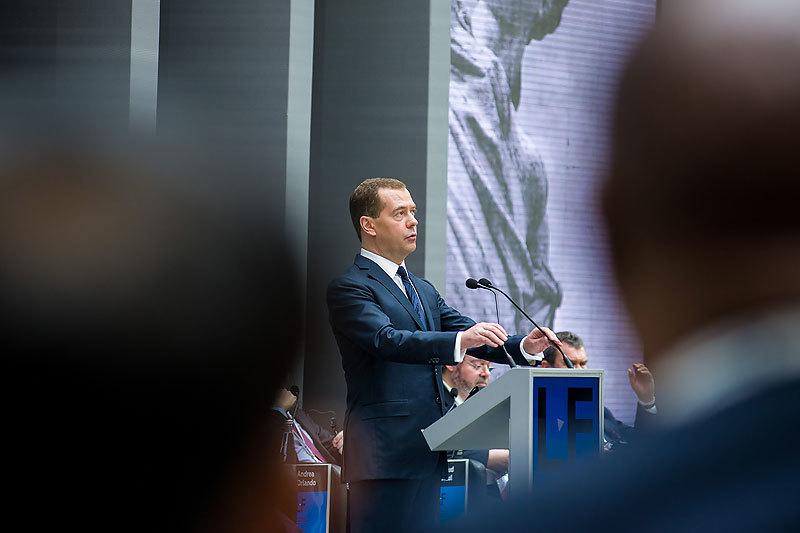 Россия сама решит, насколько широко открывать дверь международным судам, считает Медведев