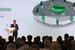 В прошлом году Греф выступал в Google glass, в которых видел тезисы своего выступления. В этом году Греф также вышел без папок и бумаг, но без продвинутых очков. Вместо этого он снял с руки Apple watch и держал их на ладони