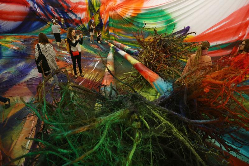 Катарина Гроссе превратила залы «Гаража» в красочное поле