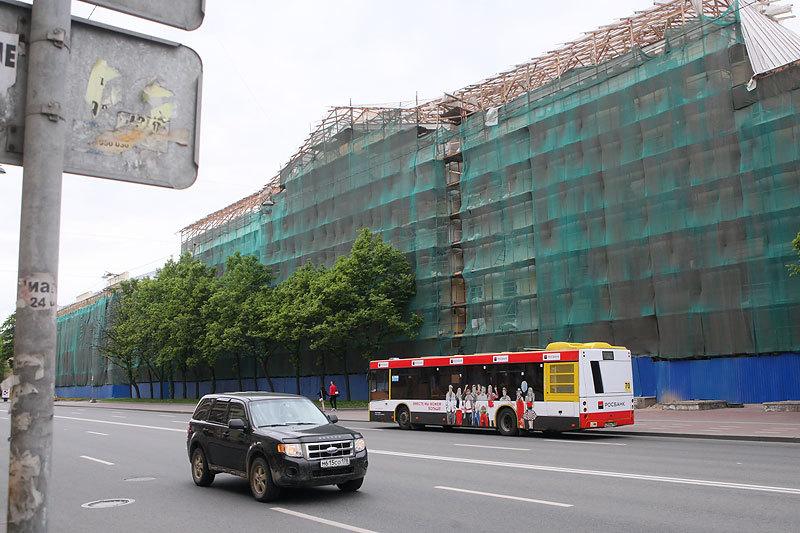 Подрядчик неожиданно остановил реконструкцию здания