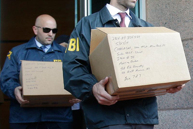 Сотрудники ФБР 27 мая футбольных чиновников не задерживали. Но они назвали имена задержанных в Швейцарии и провели выемки документов в офисе CONCACAF