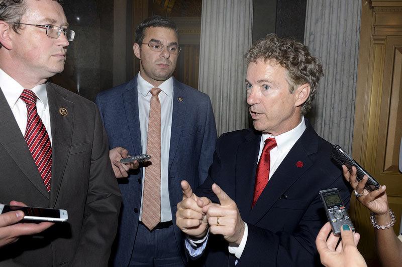 Сенатор от республиканцев Рэнд Пол (справа) блокировал попытки продлить полномочия «Акта о патриотизме»